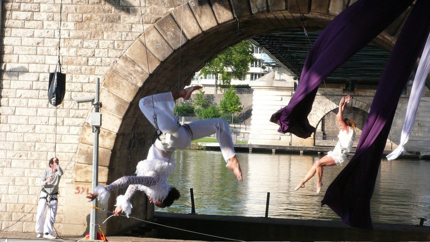 The theaters that have given up the usual stage: Street theater Les Passagers